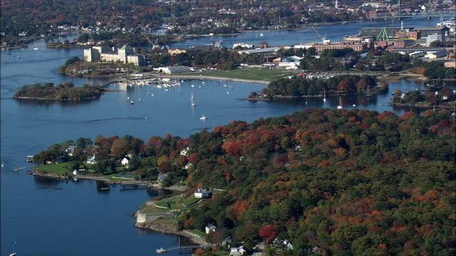 vídeos de stock, filmes e b-roll de portsmouth harbour - vista aérea - maine, no condado de york, estados unidos - porto distrito