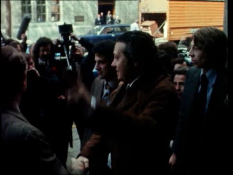 vídeos y material grabado en eventos de stock de dr mario soares visit england london 10 downing street ms mario soares harold wilson and james callaghan seated chatting cs soares pan to wilson pan... - 1974