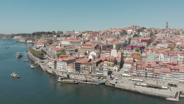 vídeos de stock e filmes b-roll de portugal porto aerial 4k drone footage of the porto and gaia cityscape on a clear sky summer day. - cais estrutura feita pelo homem