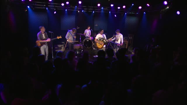portugal the man brought their electric rock sound to the jbtv stage with their song 'sea of air' - evento in diretta video stock e b–roll