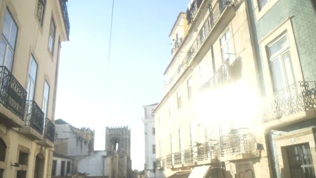 vídeos de stock, filmes e b-roll de portugal_lisbon_street_tram - ponto de vista de bonde