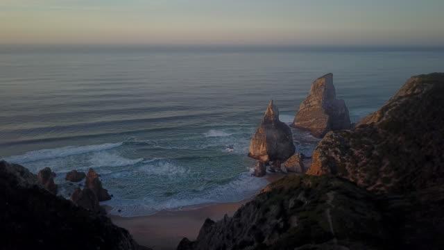 vídeos de stock, filmes e b-roll de português coast em sintra - coluna de calcário marítimo