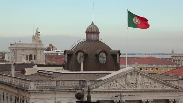 ws ha portuguese flag fluttering on top of historic building / lisbon, portugal - frontgiebel stock-videos und b-roll-filmmaterial