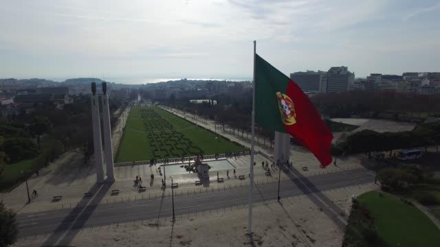 リスボンのエドゥアルド公園の上に旗を振るポルトガル語 - ポルトガル点の映像素材/bロール
