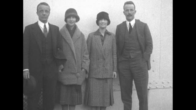 vidéos et rushes de posing for photo opportunity left to right theodore roosevelt jr his wife eleanor kermit roosevelt's wife belle and kermit / cu theodore jr and... - theodore roosevelt président américain