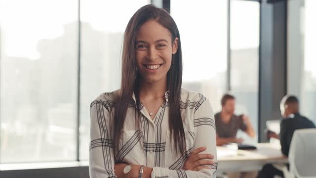 vídeos de stock, filmes e b-roll de liderança positiva dá o tom de uma reunião positiva - 4k resolution