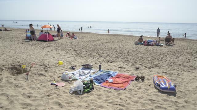 vídeos de stock, filmes e b-roll de possessions on the beach - toalha de praia