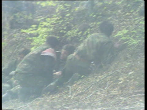 vidéos et rushes de possible bombing attacks on serb supply lines; bosnia herzegovina: vusovacar cms muslim soldiers crouching on ground in woods lms ditto lams soldier... - bosnie herzégovine