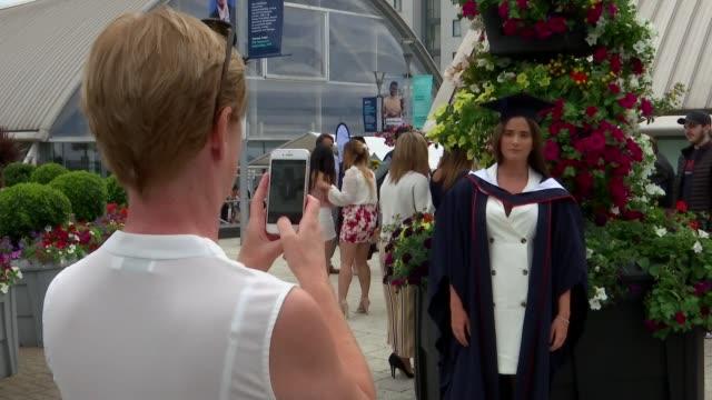 vidéos et rushes de possible effect of 'no deal' brexit on uk universities and students england london uxbridge brunel university london ext student posing for... - cérémonie