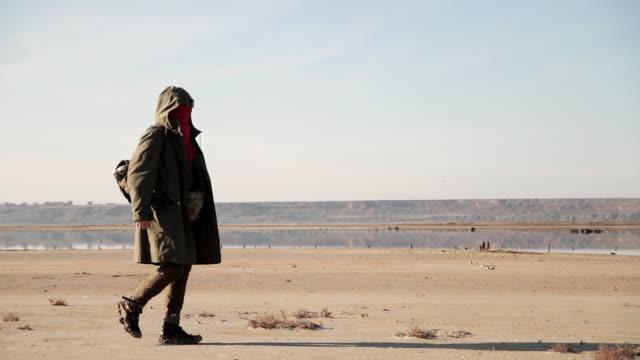 nomad mann geht durch die wüste und findet reste von bestimmungen. - zuletzt stock-videos und b-roll-filmmaterial