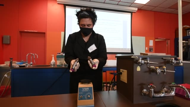 stockvideo's en b-roll-footage met post baccalaureate student jay barilla resuspends material in conical tubes using a vortex mixer during an in-person phage discovery laboratory... - de ruimte en astronomie