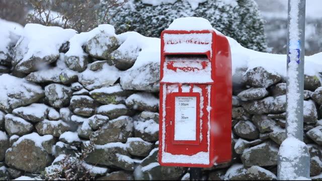 a post box in snow, thirlmere, lake district, uk. - ロイヤルメール点の映像素材/bロール