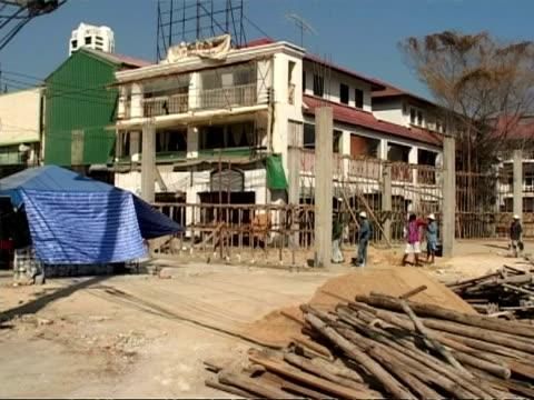 ms post boxing day 2004 tsunami, people rebuilding buildings, thailand - wiederaufbau stock-videos und b-roll-filmmaterial