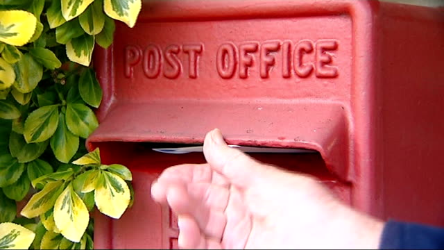 post office benefits payment contract extended; oxfordshire: great milton: great milton village noticeboard outside local post office branch letter... - oxfordshire bildbanksvideor och videomaterial från bakom kulisserna