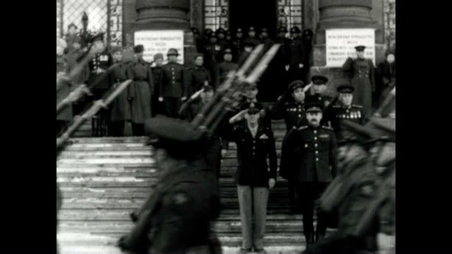 vídeos de stock e filmes b-roll de post wwii vienna had a shared security agreement between the soviet and american forces every few months there was a rotation of the guards at the... - guerra fria