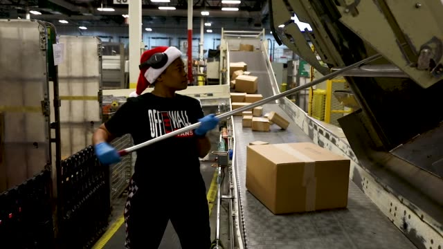 vídeos y material grabado en eventos de stock de postal service mail handler nikeisha mitchell sorts packages at the u.s. postal service's royal palm processing and distribution center on december... - condado de miami dade