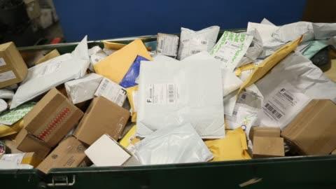 vídeos y material grabado en eventos de stock de postal service mail handlers sort boxes at the u.s. postal service's royal palm processing and distribution center on december 4, 2017 in opa locka,... - correspondencia