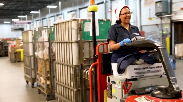 vídeos y material grabado en eventos de stock de postal service mail handlers work on sorting packages at the u.s. postal service's royal palm processing and distribution center on december 17, 2018... - condado de miami dade