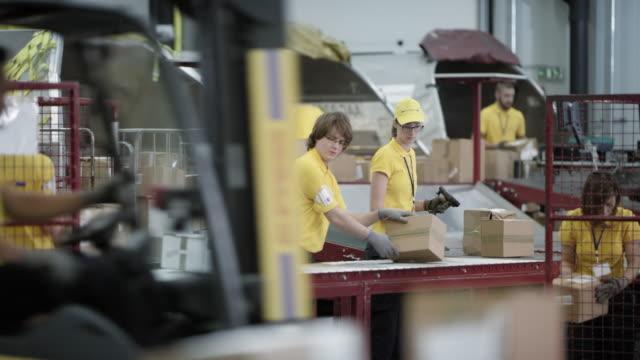 stockvideo's en b-roll-footage met time-lapse postal werknemers druk lossen vliegtuigen scheepvaart containers - lopende band