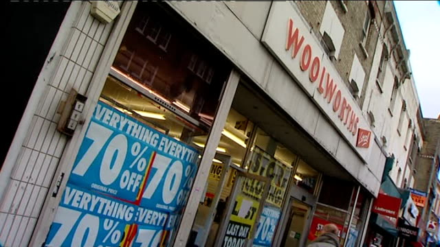 vídeos de stock, filmes e b-roll de portobello road ext shoppers entering woolworths store exterior of woolworths with '70% off' posters in window customers at tills sign at entrance... - woolworths