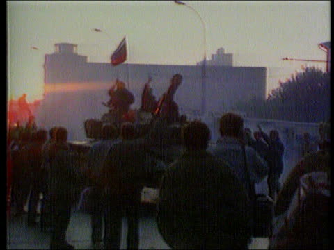 postcoup situation/collapse of the communist party itn lib moscow ms tank along flying russian republic flag as people around ms ditto tgv big crowd... - ex unione sovietica video stock e b–roll