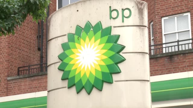 stockvideo's en b-roll-footage met bp posted a slight net profit for 2016 but recovered from heavy losses the previous year as cost cutting offset weak oil prices the british energy... - bp