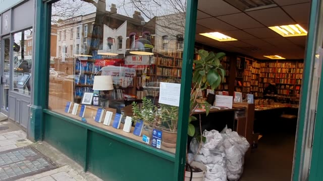 poster tells book shop customers that an event has been cancelled due to the coronavirus pandemic in east dulwich on march 17, 2020 in london,... - bookstore stock videos & royalty-free footage