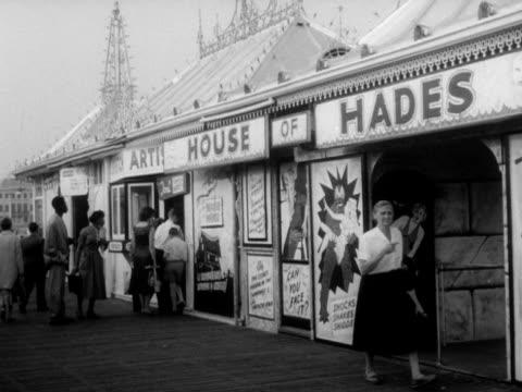 posters dare visitors to enter a haunted house on brighton's palace pier. - ブライトン パレスピア点の映像素材/bロール