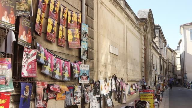 vidéos et rushes de posters of shows in the street during the avignon festival - pancarte de manifestation