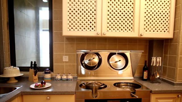 vídeos de stock, filmes e b-roll de pós-moderno cozinha interior, e móveis em tempo real. - equipamento doméstico