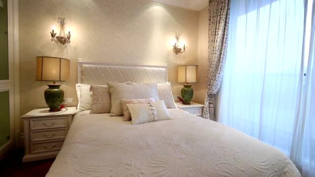 ラグジュアリーベッドルームとポストモダンな装飾、リアルタイム。