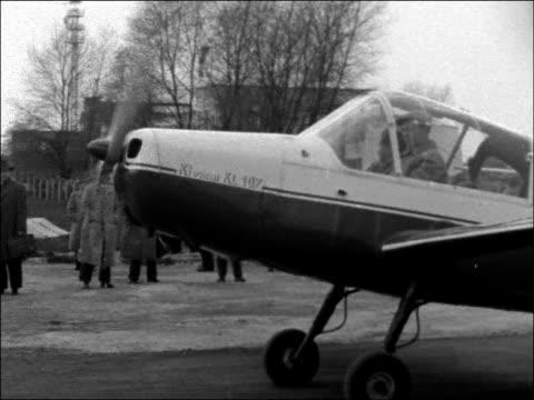 vidéos et rushes de post-war german aeroplanes on show; west germany: essen mulheim: ext tgv planes on ground with crowd around / blume' aircraft on tarmac / bv 'rw3' /... - programme de télévision