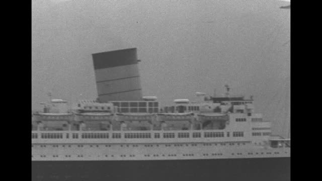 vídeos de stock e filmes b-roll de post-war rms queen elizabeth at sea on maiden voyage as luxury liner / note: exact day not known - embarcação comercial