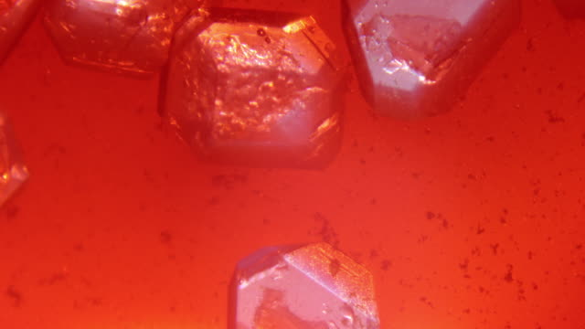 vídeos y material grabado en eventos de stock de crecimiento de cristales de alumbre de potasio - vista microscópica - potasio