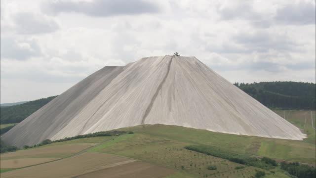 vídeos y material grabado en eventos de stock de aerial potassium mine, thuringia, germany - potasio