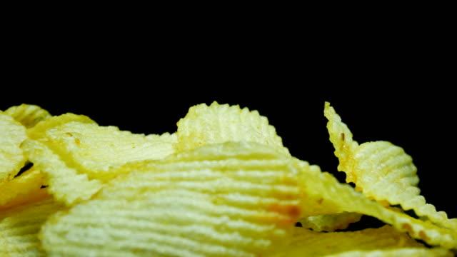 Kartoffel-Chips Nahaufnahme Dolly Schuss schwarzen Hintergrund
