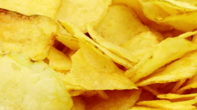 vídeos de stock, filmes e b-roll de batata chips - snack salgado