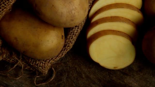 vidéos et rushes de pomme de terre en tranches à la cuisine - pomme de terre