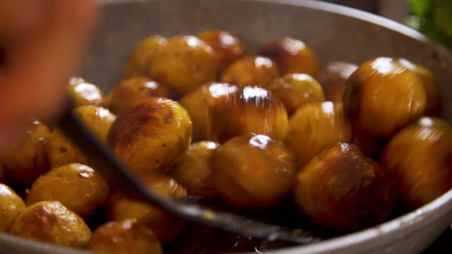 vídeos de stock, filmes e b-roll de batatas que cozinham em uma frigideira enorme - snack salgado