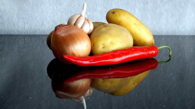 potatoes, garlic, onion and red chili pepper zoom out - red potato stock videos & royalty-free footage