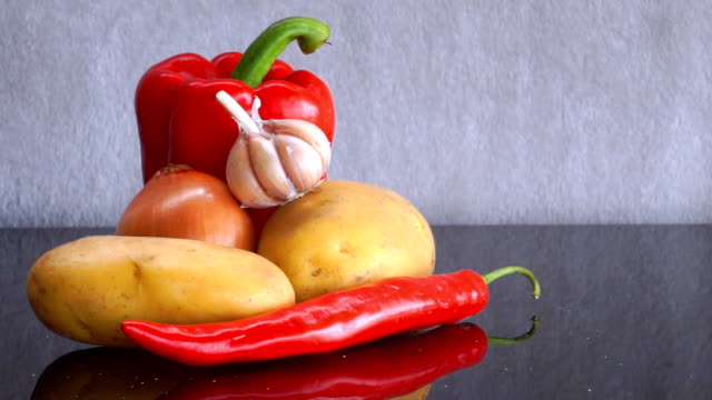 potatoes, garlic, onion, red pepper and red chili pepper zoom out - red potato stock videos & royalty-free footage
