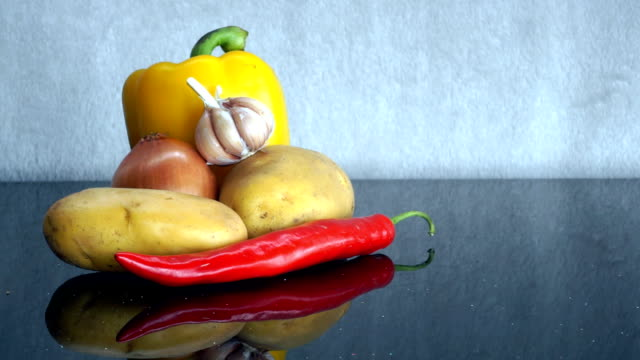 potatoes, garlic, onion, yellow pepper and red chili pepper zoom out - red potato stock videos & royalty-free footage
