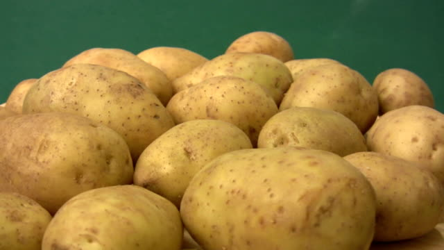 hd: patate - buccia video stock e b–roll