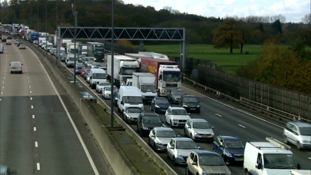 pothole on m25 causes travel chaos; traffic on m25 traffic along motorway traffic along one lane of m25 - other lanes closed - m25 video stock e b–roll