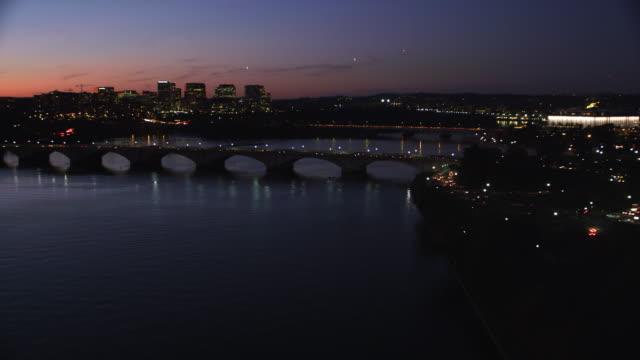 vídeos y material grabado en eventos de stock de potomac river and arlington memorial bridge at night. shot in 2011. - río potomac