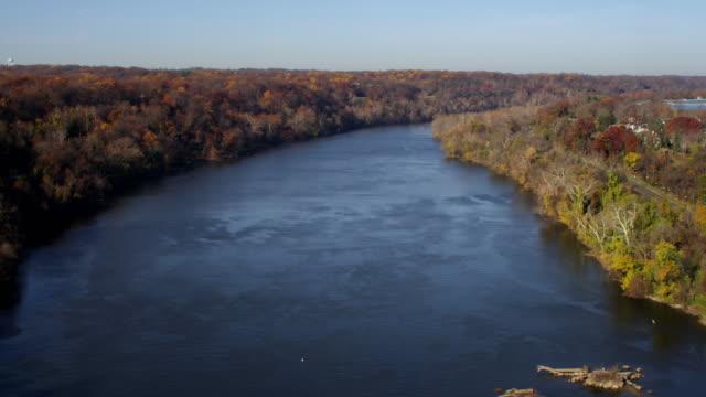vídeos y material grabado en eventos de stock de potomac river in autumn, virginia shore on left. shot in november 2011. - río potomac