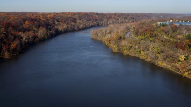 vídeos y material grabado en eventos de stock de potomac river in autumn, virginia shoreline on left, georgetown reservoir on right. shot in november 2011. - río potomac