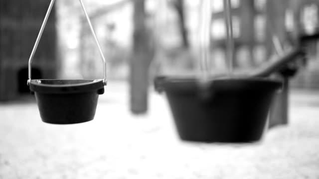 vídeos y material grabado en eventos de stock de ollas en el patio - estructura metálica para niños