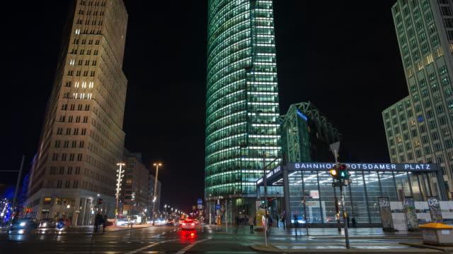 potsdamer platz in berlin, deutschland, zeitraffer in der nacht - geografische lage stock-videos und b-roll-filmmaterial