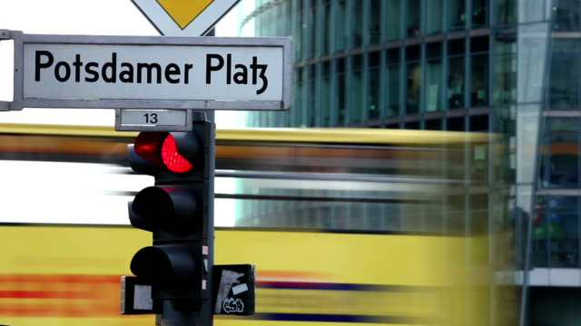 potsdamer platz in berlin - schild stock-videos und b-roll-filmmaterial